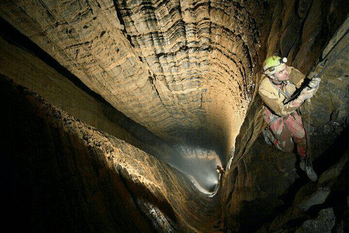 Exploring Parau Cave